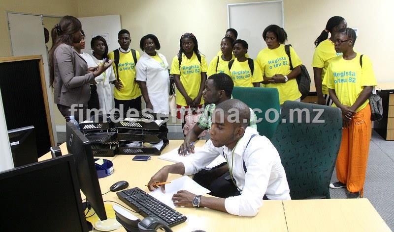 Visita dos alunos do 1º ano de alfabetizaçao da Escola Primária Completa de Laulane à Linha do Cliente da mcel