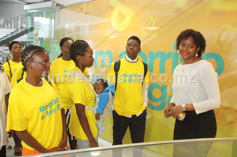 Visita dos alunos do 1º ano de alfabetizaçao da Escola Primária Completa de Laulane à loja sede da mcel