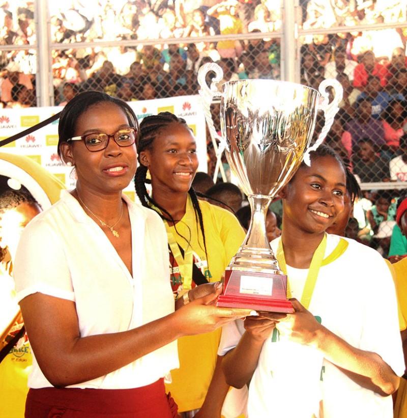 Entrega da taça à equipa da Escola Secundária Nelson Mandela 1ª classificada em femininos