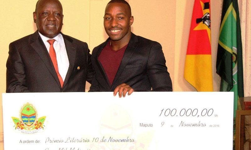 Entrega do cheque gigante ao vencedor do prémio literário