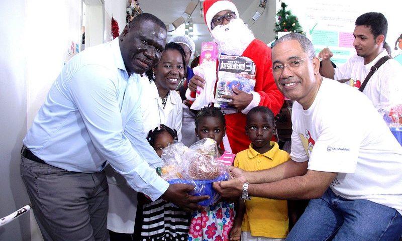 Entrega simbólica da cesta básica ao administrador do Hospital Geral José Macamo