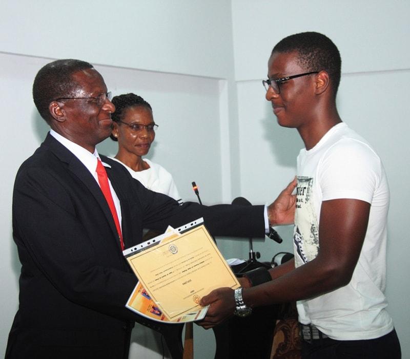 Entrega de certificado a um dos melhores estudantes do IMEP