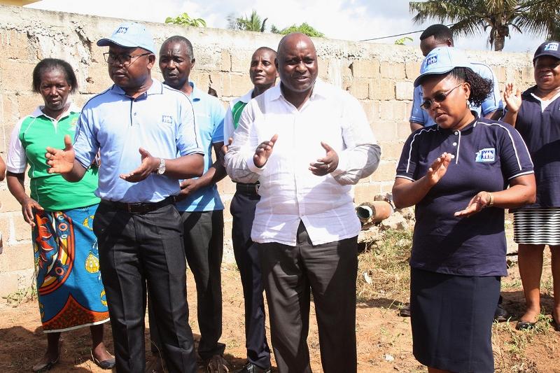 Participantes na cerimónia do lançamento da primeira pedra para a construção da Direcção Distrital do INSS de KaMubukwane