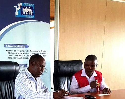 Assinatura do termo de entrega do cheque pelo administrador do INSS em Inhambane Eduardo Nhampossa