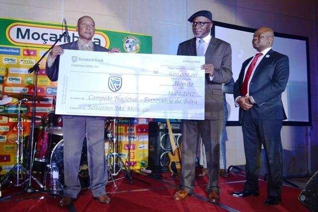 Entrega do cheque à equipa vencedora do Moçambola edição 2016