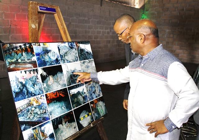 Visita à exposição fotográfica sobre a dragagem