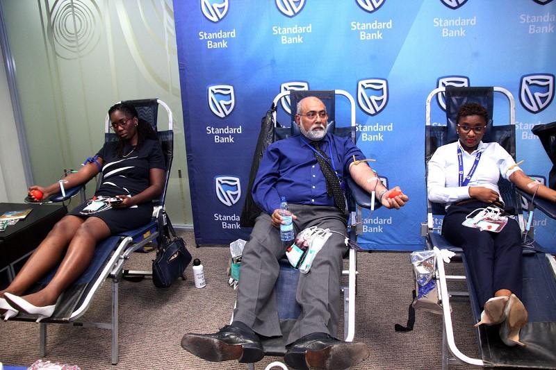 Colecta de sangue pelos funcionários do Standard Bank 1