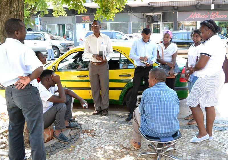 Funcionários do INSS conversando com taxistas