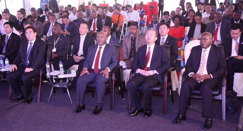 Participantes na cerimónia de lançamento do Projecto de Migração Digital em Moçambique