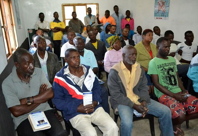 Pescadores atentos às explicações da brigada do INSS