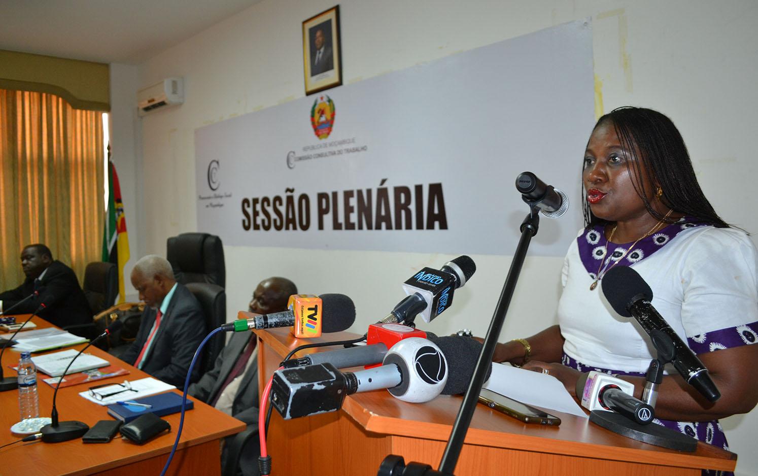Vitória Diogo Ministra do Trabalho Emprego e Segurança Social discursando na Plenária