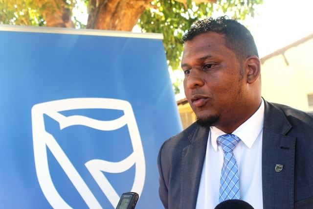 Jair Ismael gerente do balcão do Standard Bank em Maxixe