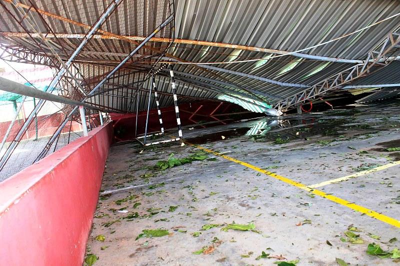 Tecto do pavilhão desportivo da UP Maxixe destruído pelo ciclone