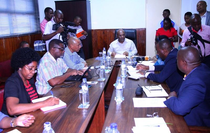 Mesa que presidiu o encontro entre o minístro dos Transportes e Comunicações e a direcção da EMTPM
