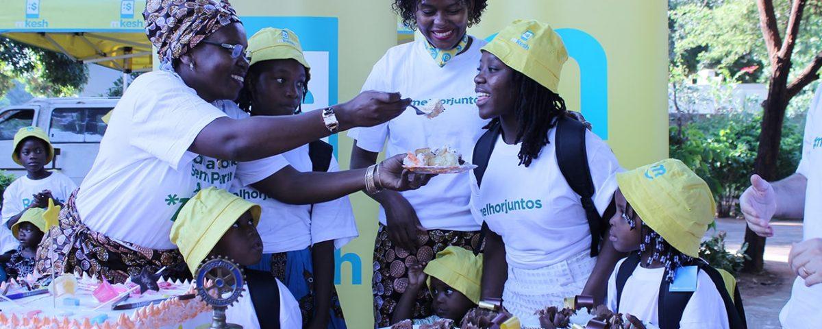 Corte do bolo no convívio do Dia Internacional da Criança