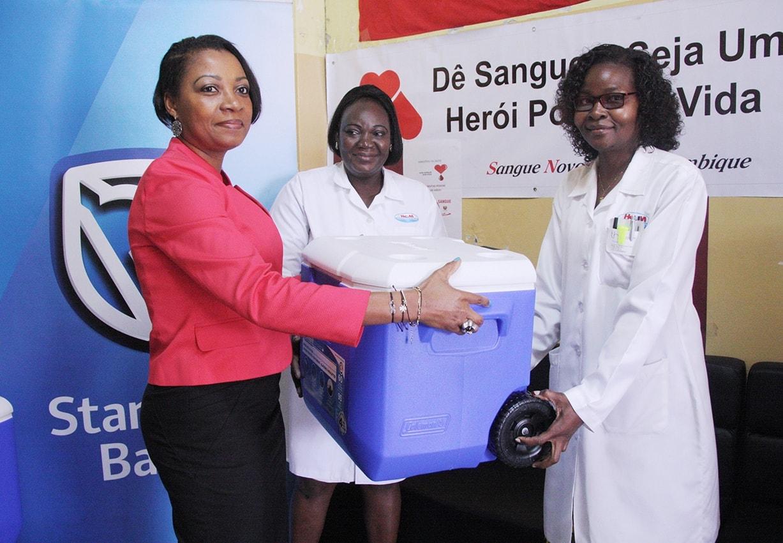 Entrega simbólica de caixas térmicas à Directora do Banco de Sangue do HCM
