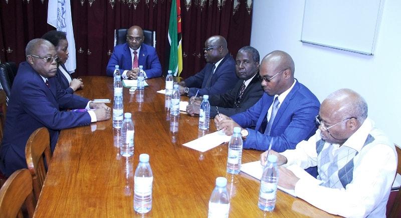Mesa que presidiu o encontro com o ministro dos Transportes e Comunicações