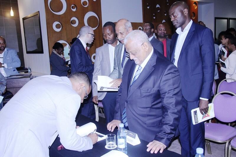 Assinatura de autógrafos do livro Justiça Constitucional