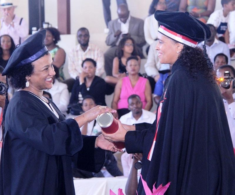 Entrega do diploma aos graduados