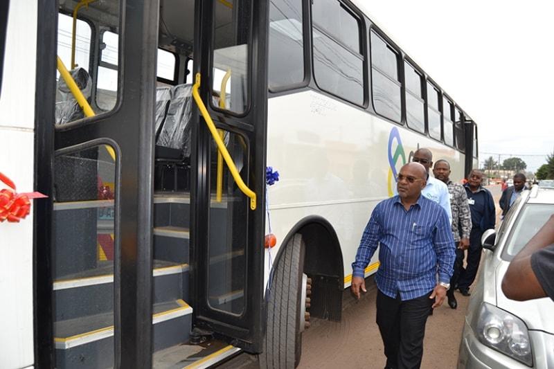 Carlos Mesquita ministro dos Transportes e Comunicações visita parte dos novos autocarros da Empresa Municipal de Transportes da Matola.