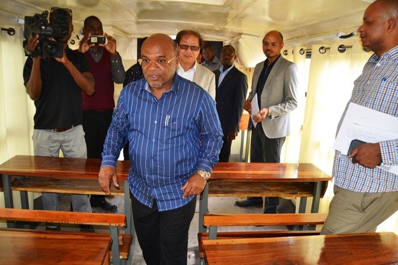 Carlos Mesquita ministro dos transportes e comunicações visitando um dos autocarros transformado em sala de aulas