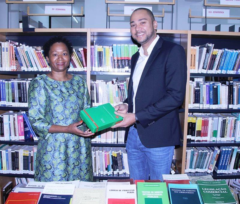 Entrega simbólica de livros da Odebrecht à Universidade Politécnica