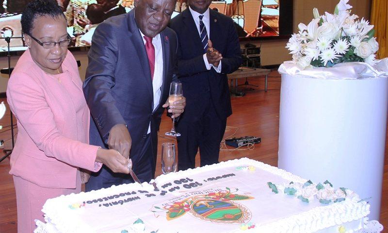 Corte do bolo alusivo às comemorações dos 130 anos da Cidade de Maputo