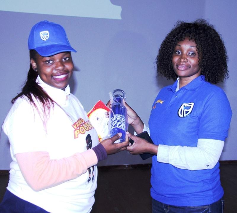 Entrega de prémio a uma das estudantes da Escola Secundária Josina Machel