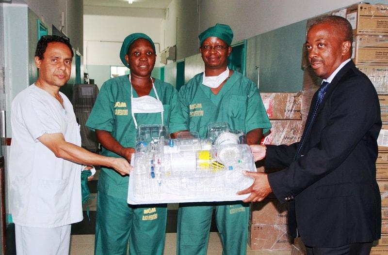 Acto de entrega de consumíveis cirúrgicos