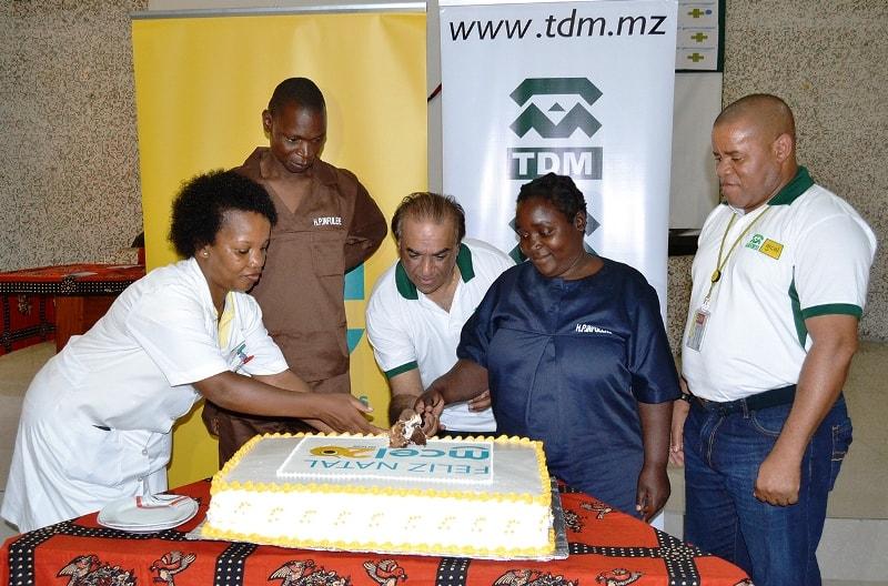 Corte de bolo com alguns pacientes do Hospital Psiquiátrico do Infulene