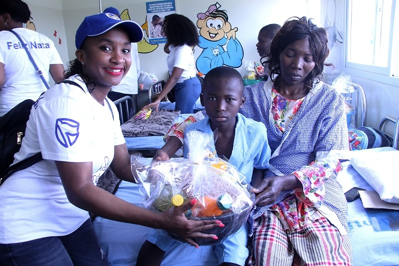 Entrega da cestas básicas a um dos doentes pacientes do Hospital Geral José Macamo