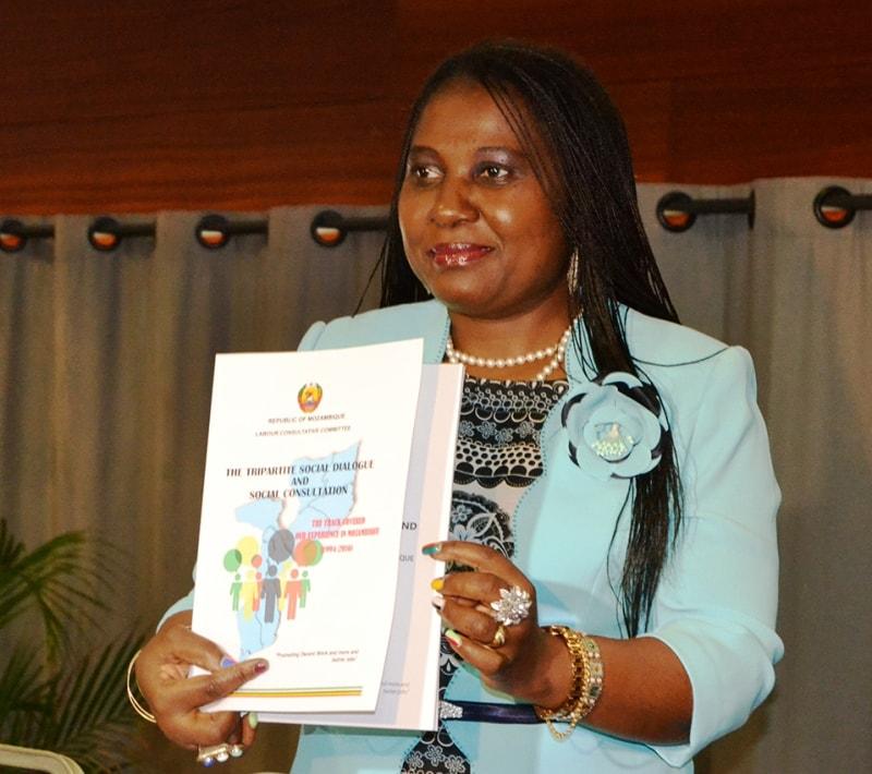 Vitória Diogo ministra do Trabalho Emprego e Segurança Social exibe a brochura sobre o diálogo social tripartido