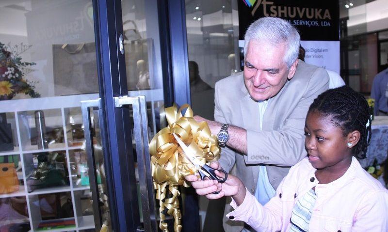 Corte da fita da loja Tshuvuka pelo Administrador Delegado da Gapi