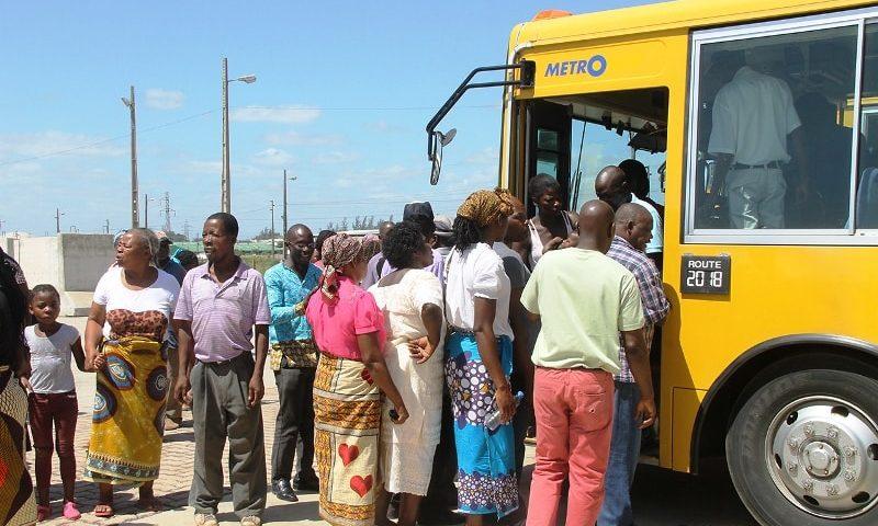 Passageiros apanham autocarro após terem descido da automotora do Metrobus