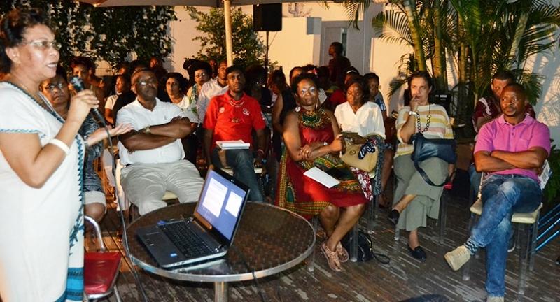 Oradora e participantes