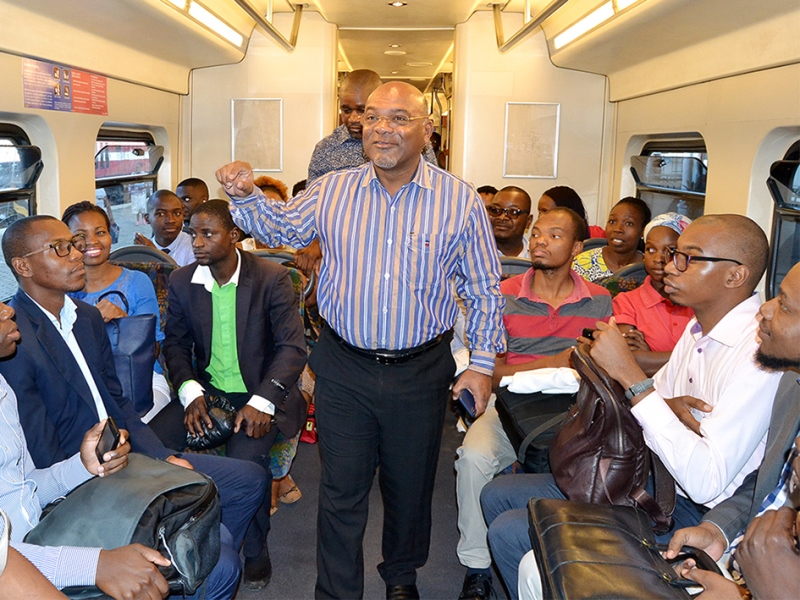 Carlos Mesquita ministro dos Transportes e Comunicações interagindo com os utentes do Metrobus