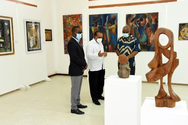 Ministro dos Transportes e Comunicacoes Janfar Abdulai visitando a exposicao