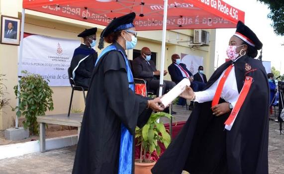 Momento de entrega de certificados aos graduados